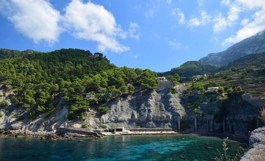 La playa Es Corral Fals se encuentra en el municipio de Banyalbufar, perteneciente a la provincia de Mallorca y a la comunidad autónoma de Islas Baleares