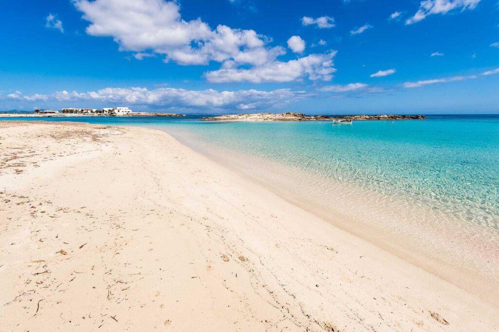 La playa Es Pujols se encuentra en el municipio de Formentera, perteneciente a la provincia de Formentera y a la comunidad autónoma de Islas Baleares