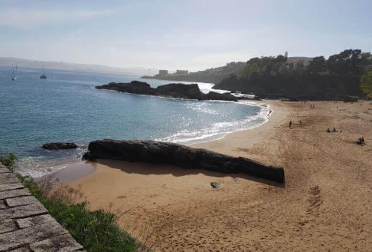 La playa Espiñeiro se encuentra en el municipio de Oleiros, perteneciente a la provincia de A Coruña y a la comunidad autónoma de Galicia