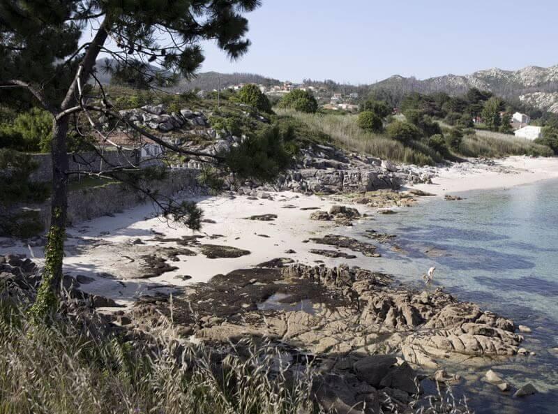La playa Fogareiro se encuentra en el municipio de Muros, perteneciente a la provincia de A Coruña y a la comunidad autónoma de Galicia