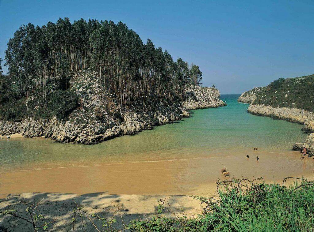 La playa Guadamía / Aguamía se encuentra en el municipio de Llanes, perteneciente a la provincia de Asturias y a la comunidad autónoma de Principado de Asturias