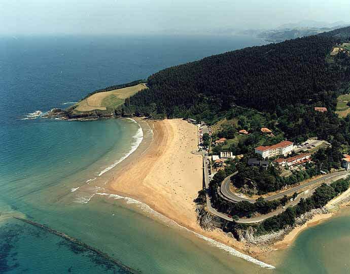 La playa Karraspio se encuentra en el municipio de Mendexa, perteneciente a la provincia de Bizkaia y a la comunidad autónoma de País Vasco