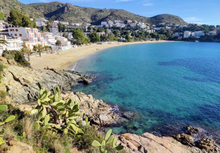 La playa L'Almadrava / Canyelles Grosses se encuentra en el municipio de Roses, perteneciente a la provincia de Girona y a la comunidad autónoma de Cataluña