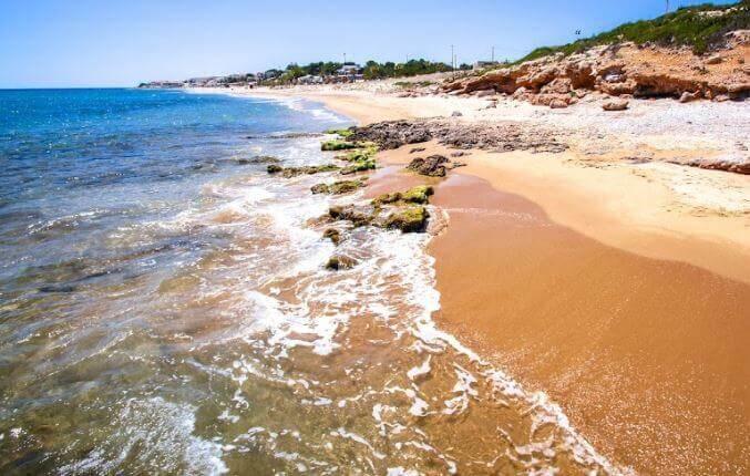 La playa L'Almadrava / L'Arenalet se encuentra en el municipio de Vandellòs i l'Hospitalet de l'Infant, perteneciente a la provincia de Tarragona y a la comunidad autónoma de Cataluña