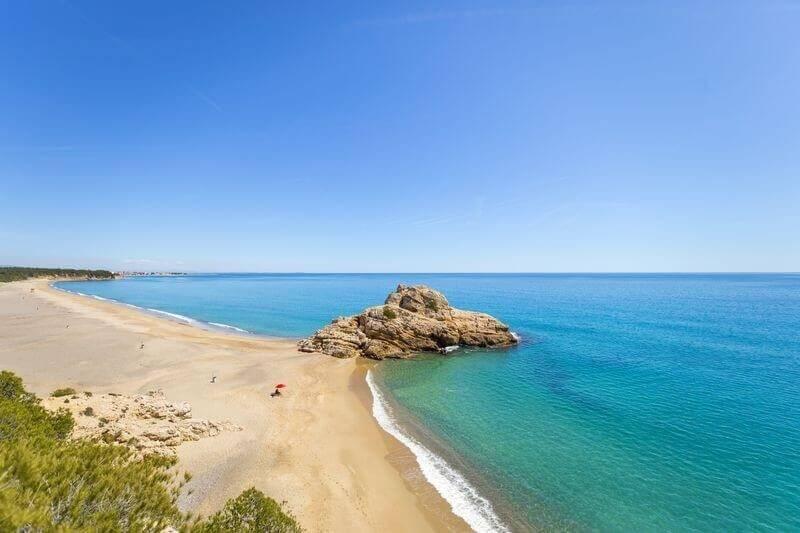 La playa L'Arenal se encuentra en el municipio de Vandellòs i l'Hospitalet de l'Infant, perteneciente a la provincia de Tarragona y a la comunidad autónoma de Cataluña
