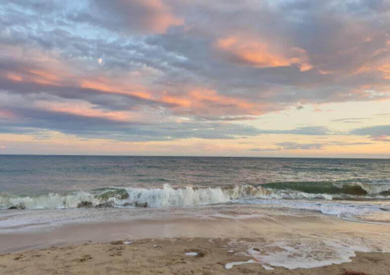 La playa L'Esquirol se encuentra en el municipio de Cambrils, perteneciente a la provincia de Tarragona y a la comunidad autónoma de Cataluña