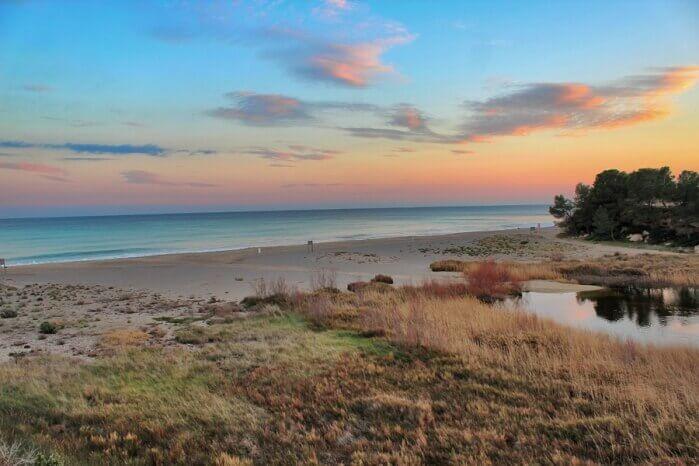 La playa L'Estany Gelat / L'Estany Salat / Casa del Lladres se encuentra en el municipio de Mont-roig del Camp, perteneciente a la provincia de Tarragona y a la comunidad autónoma de Cataluña