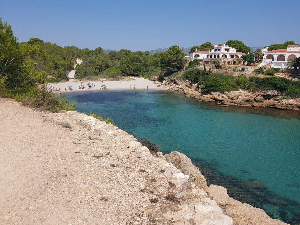 La playa L'Estany Tort se encuentra en el municipio de L'Ametlla de Mar, perteneciente a la provincia de Tarragona y a la comunidad autónoma de Cataluña