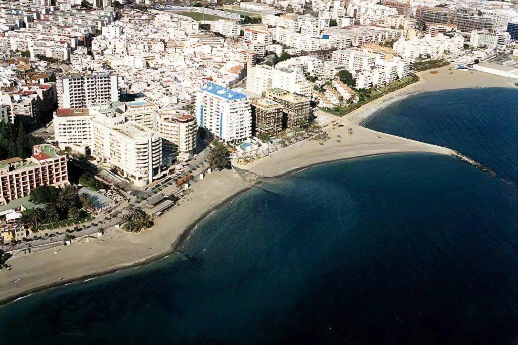 La playa La Bajadilla se encuentra en el municipio de Marbella, perteneciente a la provincia de Málaga y a la comunidad autónoma de Andalucía