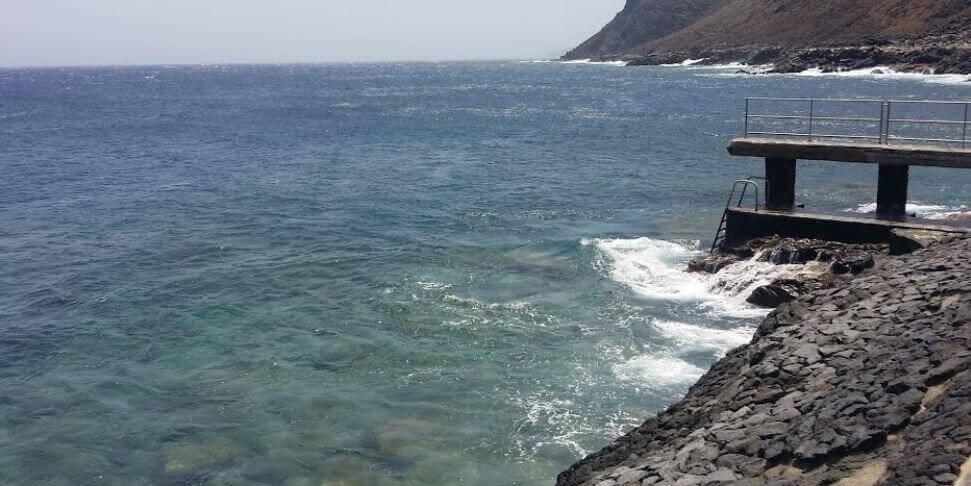 La playa La Caleta se encuentra en el municipio de Valverde, perteneciente a la provincia de El Hierro y a la comunidad autónoma de Canarias