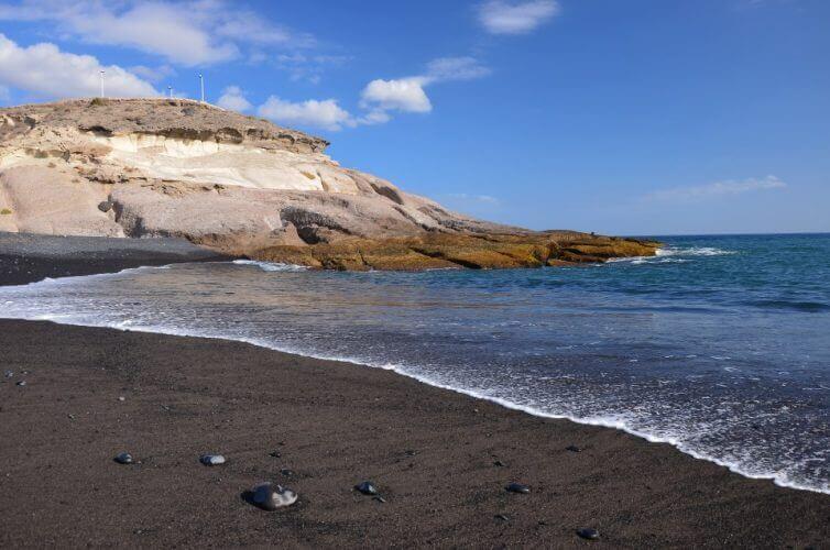 La playa La Enramada se encuentra en el municipio de Güimar, perteneciente a la provincia de Tenerife y a la comunidad autónoma de Canarias