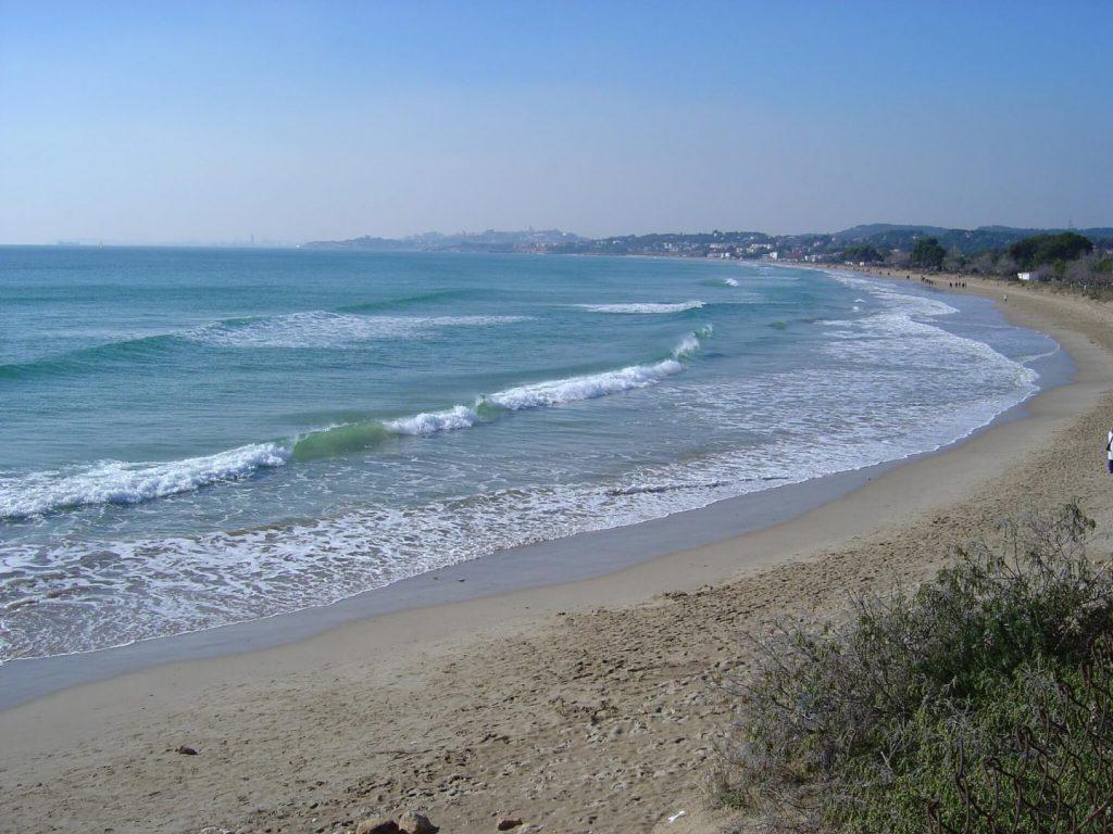 La playa La Llarga / La Larga se encuentra en el municipio de Tarragona, perteneciente a la provincia de Tarragona y a la comunidad autónoma de Cataluña