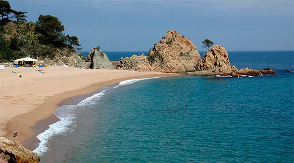 La playa La Mar Menuda / La Palma se encuentra en el municipio de Tossa de Mar, perteneciente a la provincia de Girona y a la comunidad autónoma de Cataluña