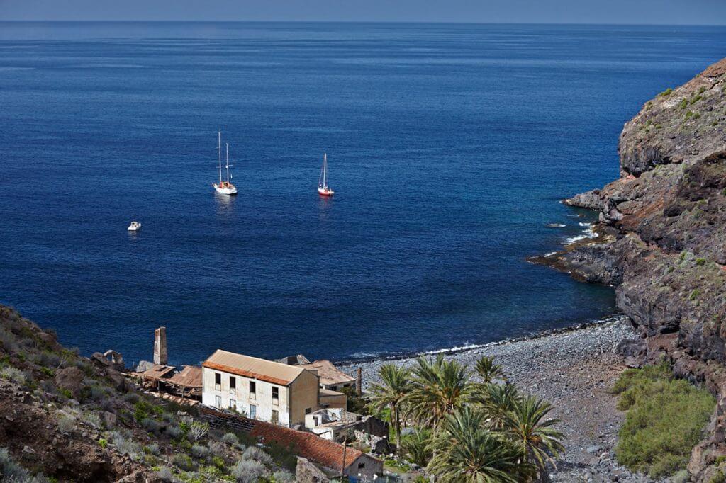 La playa La Negra se encuentra en el municipio de Alajero, perteneciente a la provincia de La Gomera y a la comunidad autónoma de Canarias
