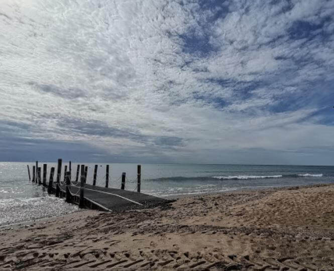La playa La Porquerola se encuentra en el municipio de Mont-roig del Camp, perteneciente a la provincia de Tarragona y a la comunidad autónoma de Cataluña
