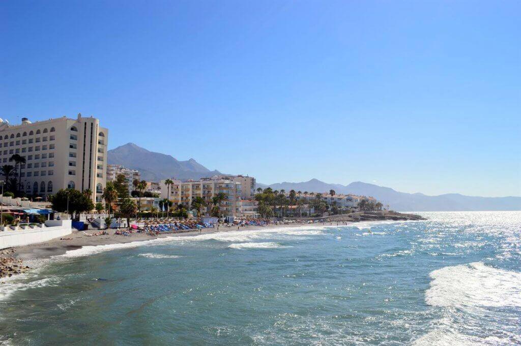La playa La Torrecilla se encuentra en el municipio de Nerja, perteneciente a la provincia de Málaga y a la comunidad autónoma de Andalucía
