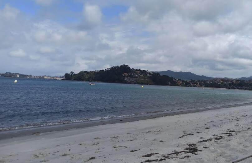 La playa Ladeira se encuentra en el municipio de Baiona, perteneciente a la provincia de Pontevedra y a la comunidad autónoma de Galicia