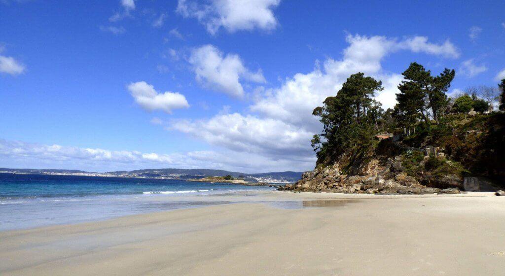 La playa Lapamán se encuentra en el municipio de Bueu, perteneciente a la provincia de Pontevedra y a la comunidad autónoma de Galicia