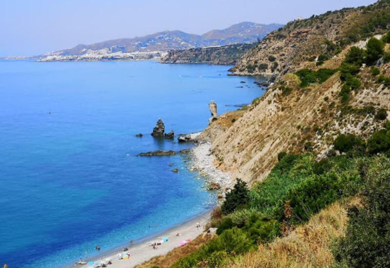 La playa Las Alberquillas se encuentra en el municipio de Nerja, perteneciente a la provincia de Málaga y a la comunidad autónoma de Andalucía