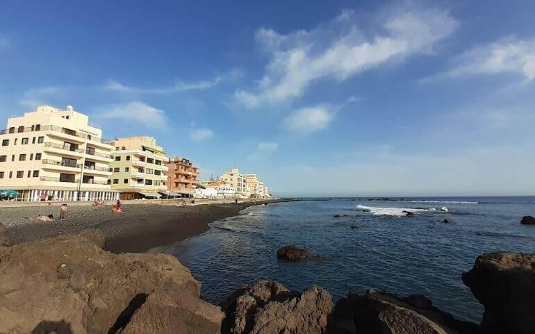 La playa Las Galletas se encuentra en el municipio de Arona, perteneciente a la provincia de Tenerife y a la comunidad autónoma de Canarias
