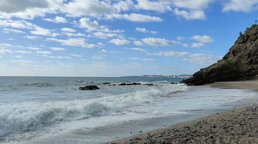 La playa Las Viborillas se encuentra en el municipio de Benalmádena, perteneciente a la provincia de Málaga y a la comunidad autónoma de Andalucía
