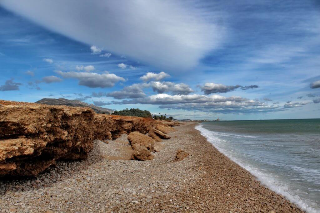 La playa Les Cases d'Alcanar se encuentra en el municipio de Alcanar, perteneciente a la provincia de Tarragona y a la comunidad autónoma de Cataluña