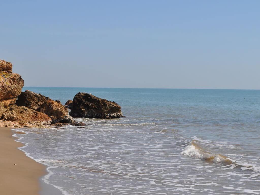 La playa Les Delicies se encuentra en el municipio de Sant Carles de la Ràpita, perteneciente a la provincia de Tarragona y a la comunidad autónoma de Cataluña