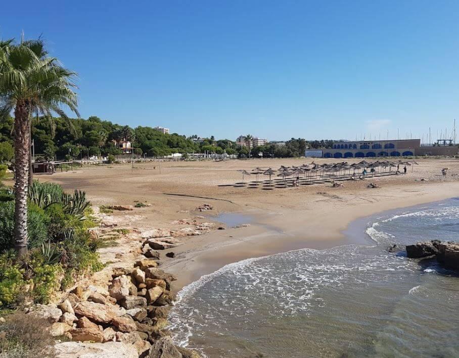 La playa Les Guineus / Costa Daurada se encuentra en el municipio de Roda de Bar, perteneciente a la provincia de Tarragona y a la comunidad autónoma de Cataluña