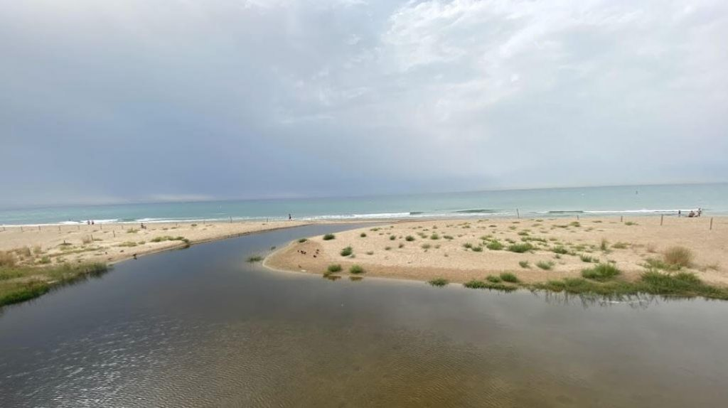 La playa Les Madrigueres se encuentra en el municipio de El Vendrell, perteneciente a la provincia de Tarragona y a la comunidad autónoma de Cataluña