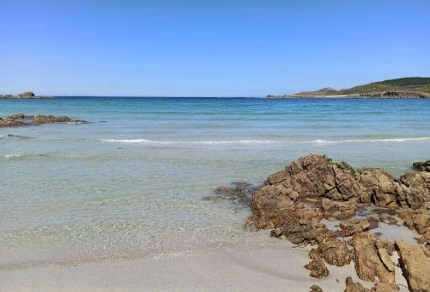 La playa Lourido se encuentra en el municipio de Muxía, perteneciente a la provincia de A Coruña y a la comunidad autónoma de Galicia
