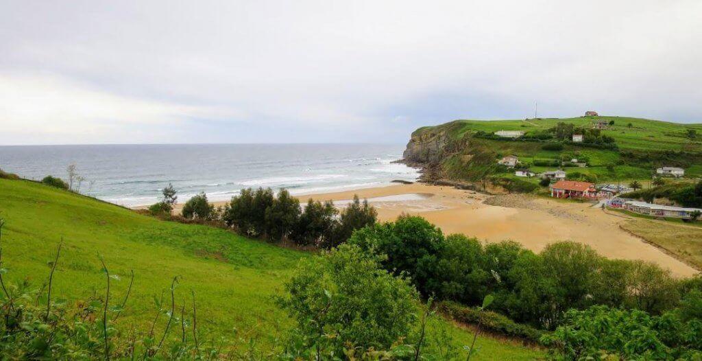 La playa Luaña / Cóbreces se encuentra en el municipio de Alfoz de Lloredo, perteneciente a la provincia de Cantabria y a la comunidad autónoma de Cantabria