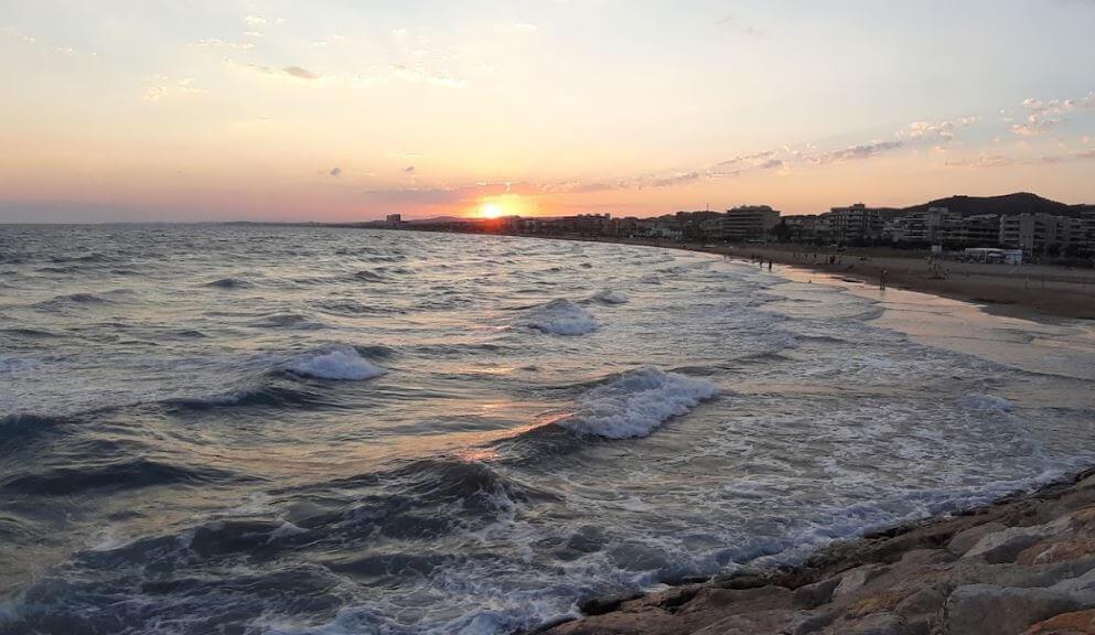 La playa Mas Mel / l'Estany-Mas Mel se encuentra en el municipio de Calafell, perteneciente a la provincia de Tarragona y a la comunidad autónoma de Cataluña