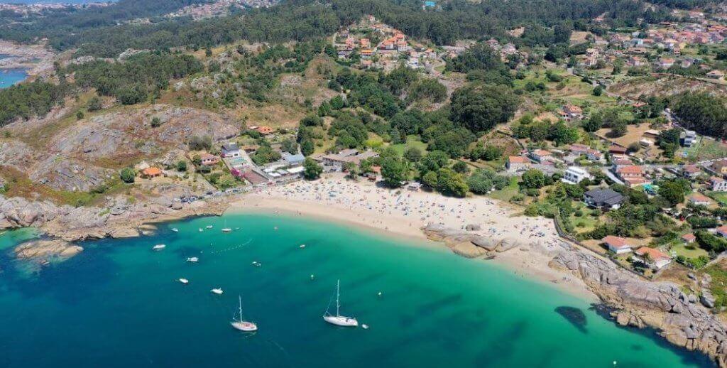 La playa Menduiña se encuentra en el municipio de Cangas, perteneciente a la provincia de Pontevedra y a la comunidad autónoma de Galicia