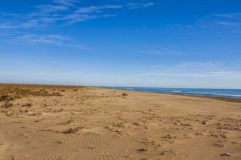 La playa Migjorn se encuentra en el municipio de Sant Jaume d'Enveja, perteneciente a la provincia de Tarragona y a la comunidad autónoma de Cataluña