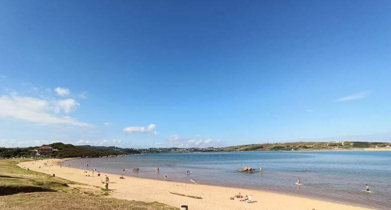 La playa Mogro / Usil se encuentra en el municipio de Miengo, perteneciente a la provincia de Cantabria y a la comunidad autónoma de Cantabria