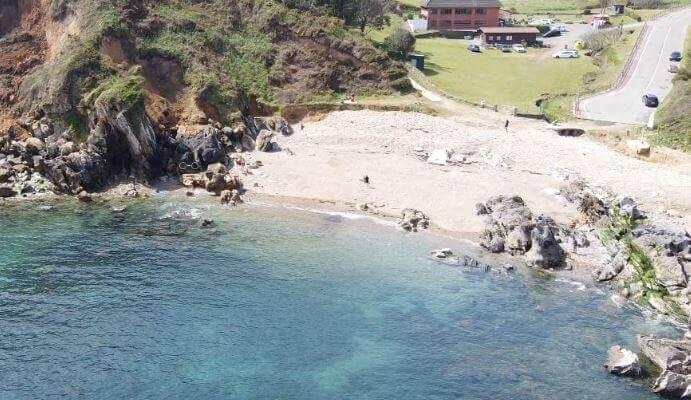 La playa Moniello se encuentra en el municipio de Gozón, perteneciente a la provincia de Asturias y a la comunidad autónoma de Principado de Asturias