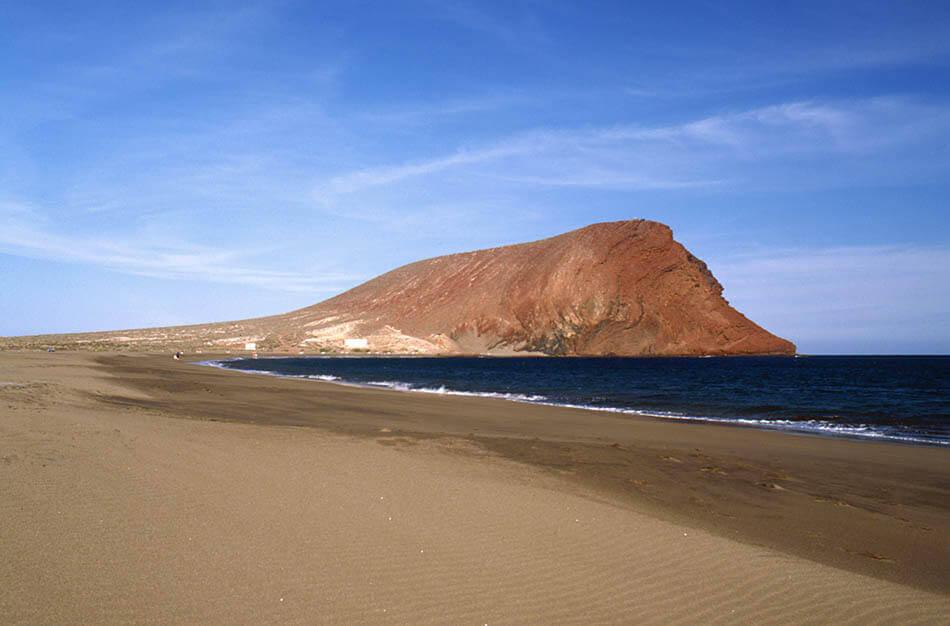 La playa Montaña Roja se encuentra en el municipio de Granadilla de Abona, perteneciente a la provincia de Tenerife y a la comunidad autónoma de Canarias