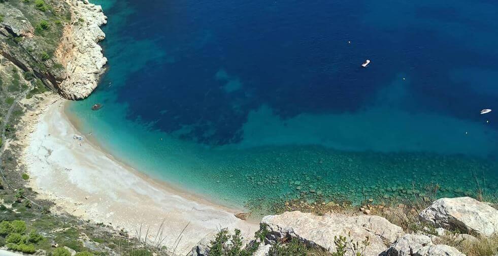 La playa Moraig se encuentra en el municipio de Benitachell, perteneciente a la provincia de Alicante y a la comunidad autónoma de Comunidad Valenciana
