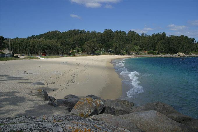 La playa Mourisca se encuentra en el municipio de Bueu, perteneciente a la provincia de Pontevedra y a la comunidad autónoma de Galicia