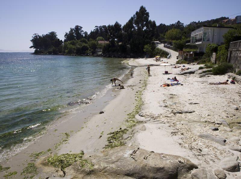 La playa Ouriceira se encuentra en el municipio de Poio, perteneciente a la provincia de Pontevedra y a la comunidad autónoma de Galicia
