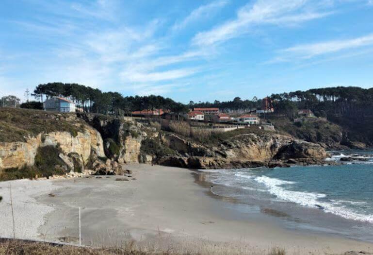 La playa Paxariñas se encuentra en el municipio de Sanxenxo, perteneciente a la provincia de Pontevedra y a la comunidad autónoma de Galicia
