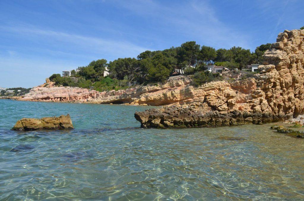 La playa Penya Tallada / Cala Lirios se encuentra en el municipio de Salou, perteneciente a la provincia de Tarragona y a la comunidad autónoma de Cataluña