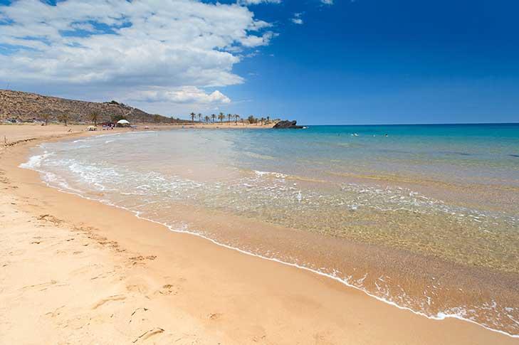 La playa Percheles se encuentra en el municipio de Mazarrón, perteneciente a la provincia de Murcia y a la comunidad autónoma de Región de Murcia