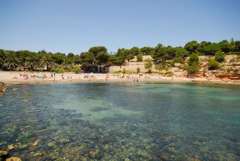 La playa Pixavaques se encuentra en el municipio de L'Ametlla de Mar, perteneciente a la provincia de Tarragona y a la comunidad autónoma de Cataluña