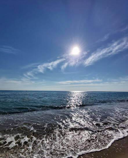 La playa Platja de Cristall se encuentra en el municipio de Mont-roig del Camp, perteneciente a la provincia de Tarragona y a la comunidad autónoma de Cataluña
