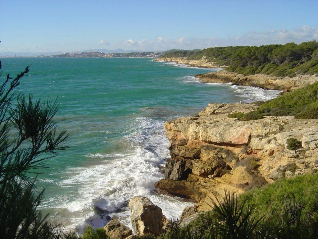 La playa Platja Fonda / Cala Waikiki se encuentra en el municipio de Tarragona, perteneciente a la provincia de Tarragona y a la comunidad autónoma de Cataluña