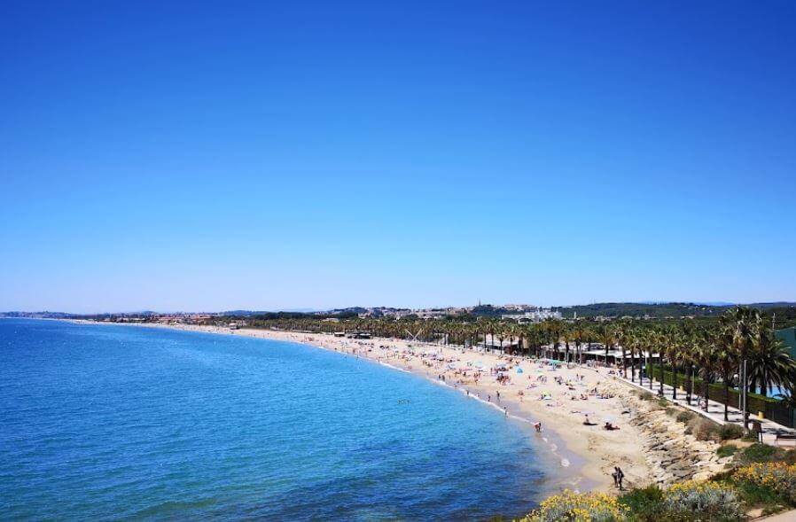 La playa Platja Llarga / Platja de Roda de Barà se encuentra en el municipio de Roda de Bar, perteneciente a la provincia de Tarragona y a la comunidad autónoma de Cataluña
