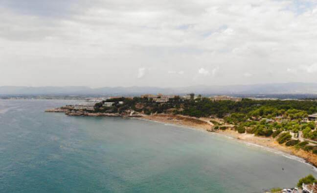La playa Platja Llarga se encuentra en el municipio de Salou, perteneciente a la provincia de Tarragona y a la comunidad autónoma de Cataluña