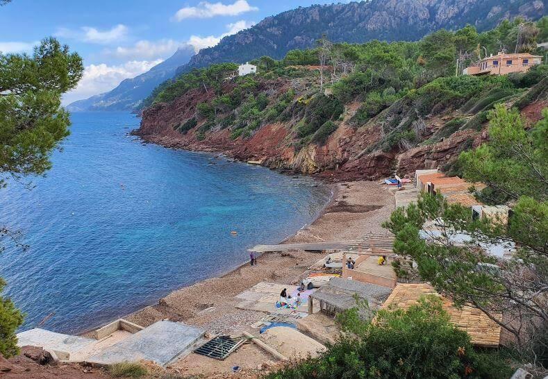 La playa Port D'Es Canonge se encuentra en el municipio de Banyalbufar, perteneciente a la provincia de Mallorca y a la comunidad autónoma de Islas Baleares