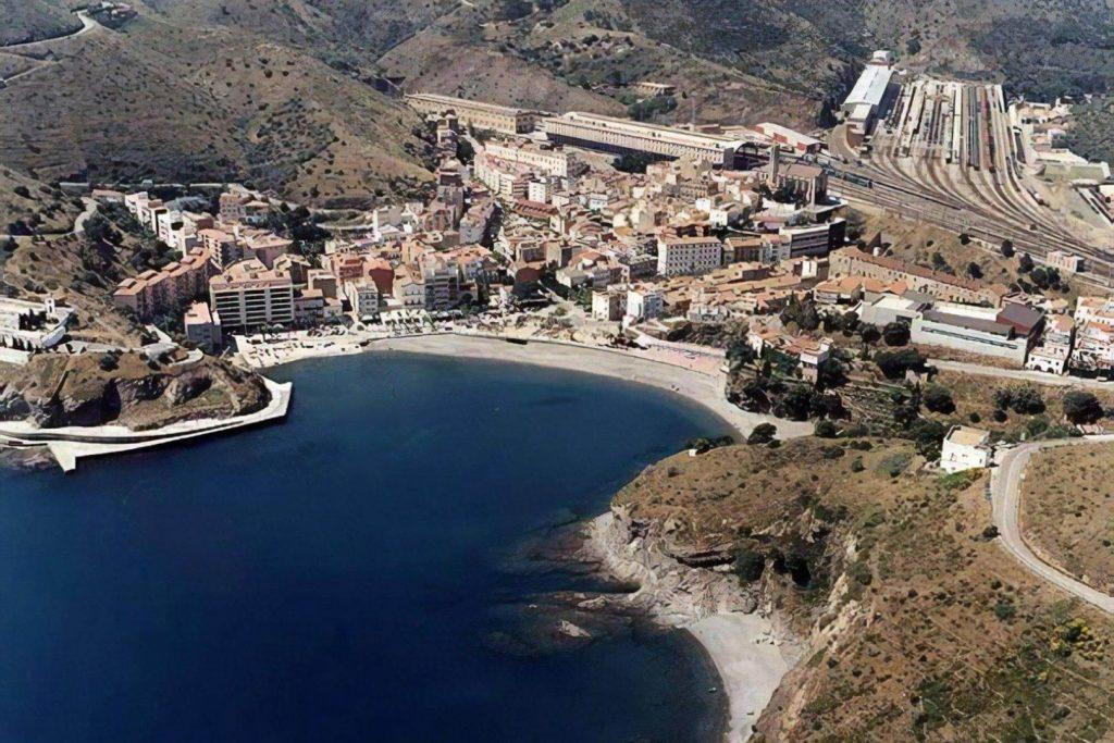 La playa Portbou se encuentra en el municipio de Portbou, perteneciente a la provincia de Girona y a la comunidad autónoma de Cataluña